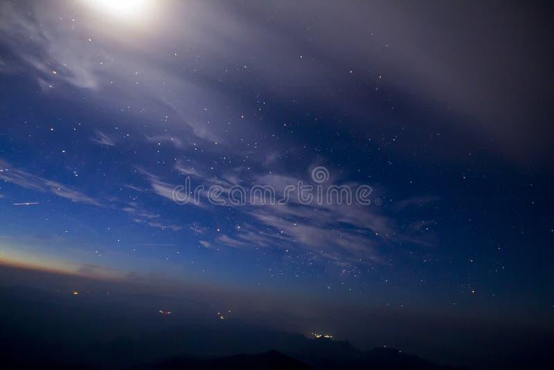 Stelle nel cielo alla notte immagini stock