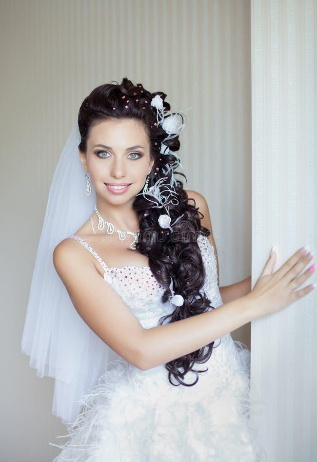 Stellen die van de bruid camera het glimlachen bekijkt stock fotografie