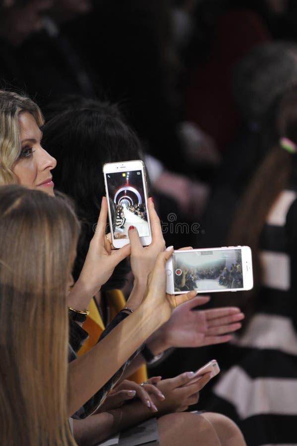 Stellen Handys auf der Rollbahn während Christian Diors dar stockbild