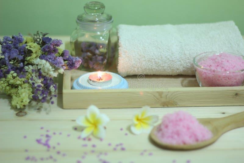 Stellen Sie Aromatherapiebadekurort und -kerze mit Blumen auf Holztisch ein lizenzfreies stockbild
