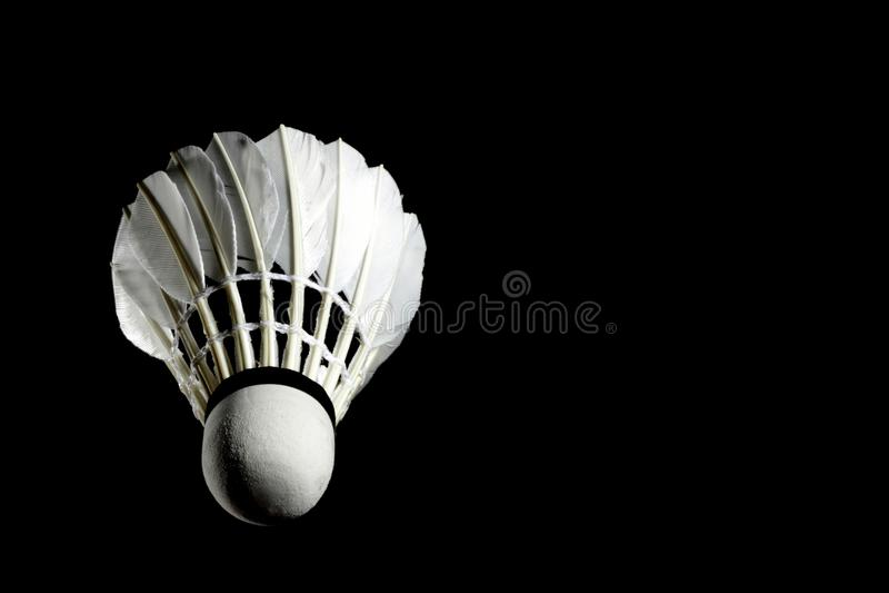 Stellen Sie Badmintonfederballfeder Berufs auf lokalisiertem schwarzem Hintergrund ein lizenzfreie stockfotografie