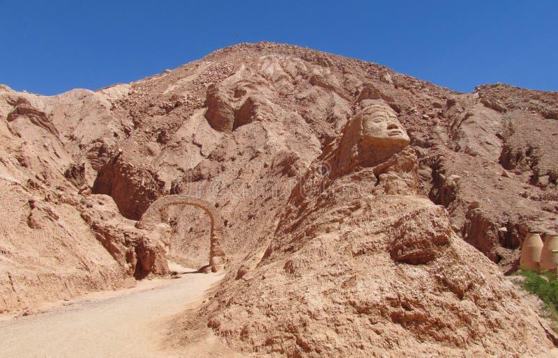 Stellen Sie das Schnitzen auf einem Berg in Valle Quitor, San Pedro de Atacama gegenüber stockbilder