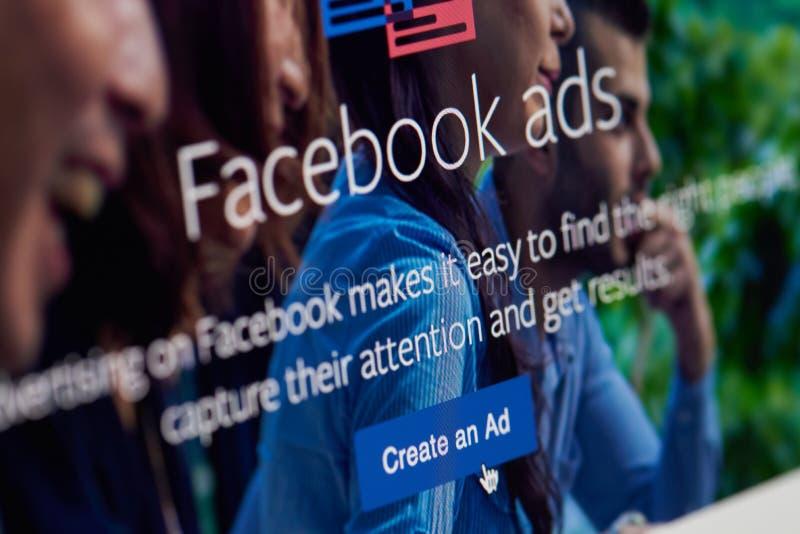 Stellen Sie eine Anzeige auf facebook APP her stockbilder