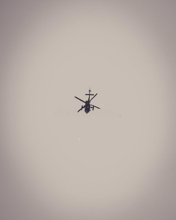 Stellen Sie einen Hubschrauber dar, in den Himmel hoch oben zu fliegen stockfotos