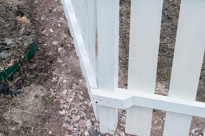 Stellen Sie einen ordentlichen Zaun mit Ihren eigenen H?nden her stockfotografie