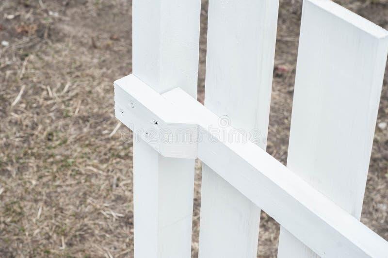 Stellen Sie einen ordentlichen Zaun mit Ihren eigenen H?nden her lizenzfreie stockfotos