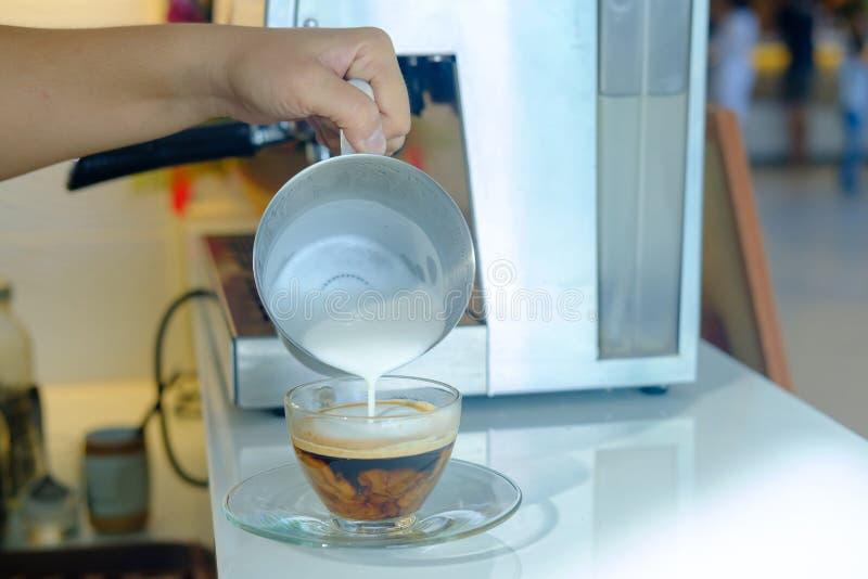 Stellen Sie einen Tasse Kaffee her lizenzfreies stockbild