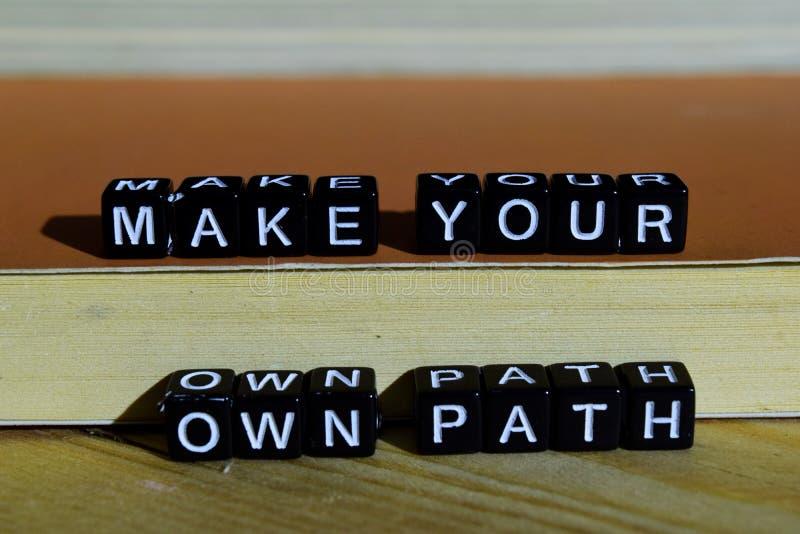 Stellen Sie Ihren eigenen Weg auf Holzklötzen her Motivations- und Inspirationskonzept stockfotografie