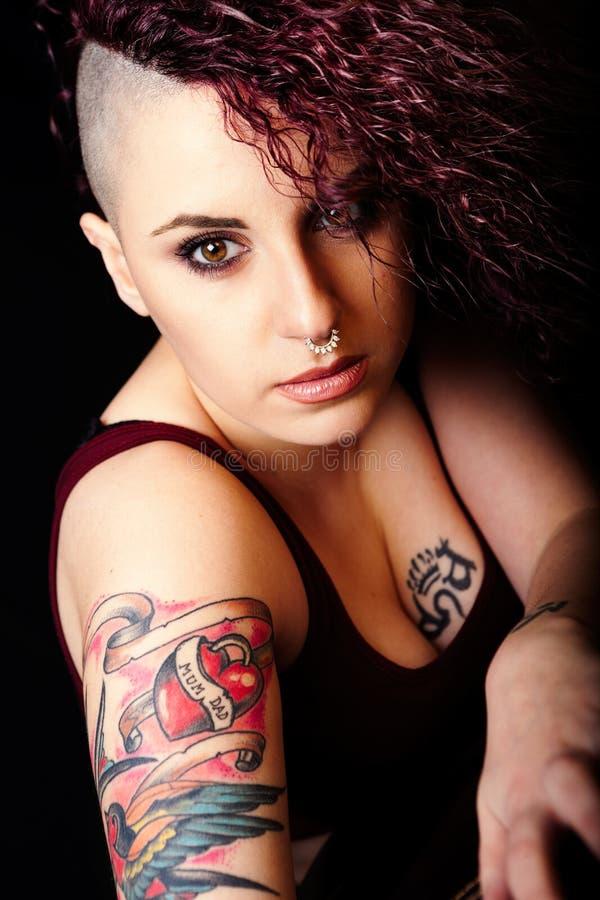 Stellen Sie Make-up und Tätowierungen, Punkmädchenmake-up gegenüber Haar rasiert stockfotografie