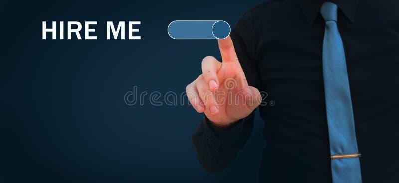 Stellen Sie mich ein, geben Sie mir einen Job, finden Sie einen Job und nach Jobkonzepten suchen Geschäftsmannschaltung auf Knopf stockfotos