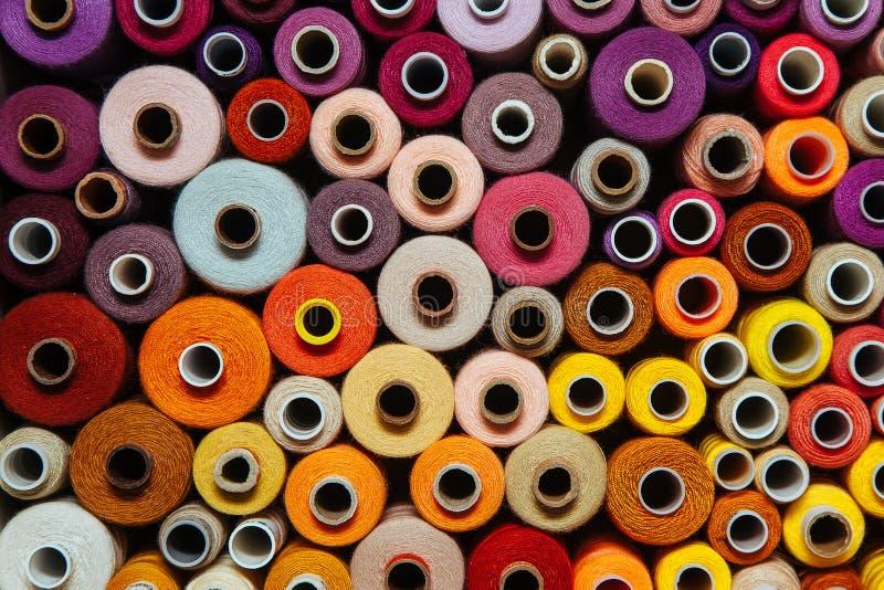 Stellen Sie nähendes warmes rotes orange Gelb der unterschiedlichen mehrfarbigen Palette der Näharbeit der Threads unterschiedlic lizenzfreies stockbild