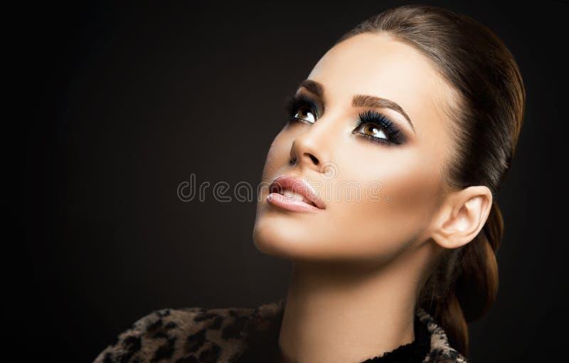 Stellen Sie Nahaufnahme einer schönen jungen Frau gegenüber, die auf dunklem Hintergrund lokalisiert wird; vervollkommnen Sie Hau stockfotos
