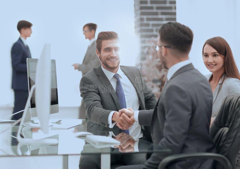 Stellen Sie neues Mitglied des Arbeitsteams vor lizenzfreies stockbild