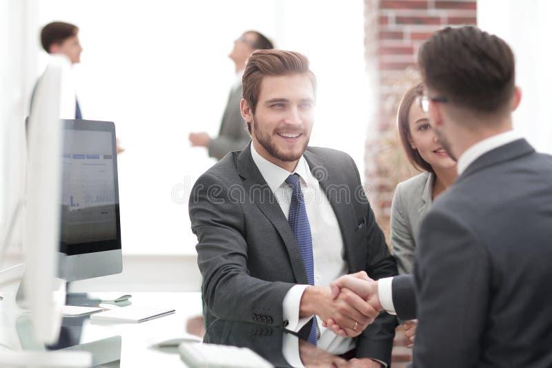 Stellen Sie neues Mitglied des Arbeitsteams vor lizenzfreie stockfotos