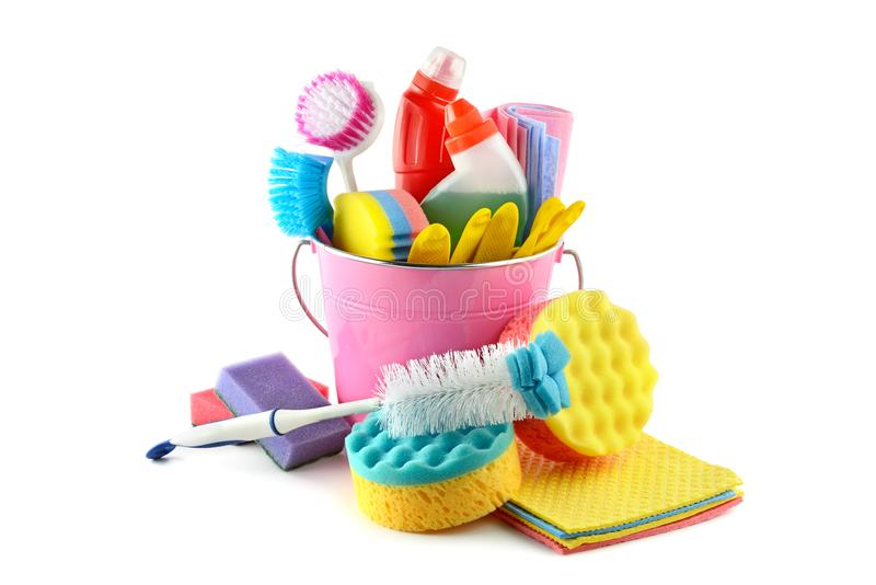 Stellen Sie Reinigungsmittel in den Eimerhandschuhen, Bürsten, Schwamm, Serviettenisolator ein stockfoto