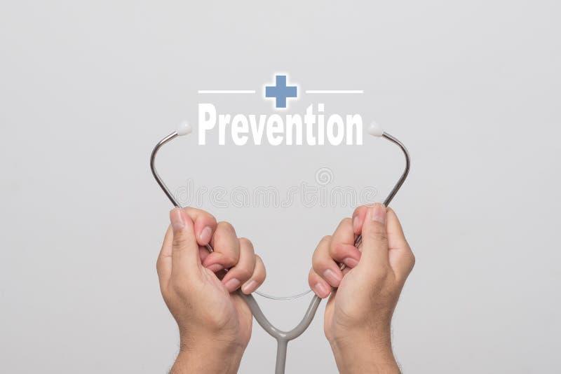 Stellen Sie schützende Schablone und die Pille gegenüber, die im Hintergrund verwischt wird Doktorhände, die ein Stethoskop und e stockfoto