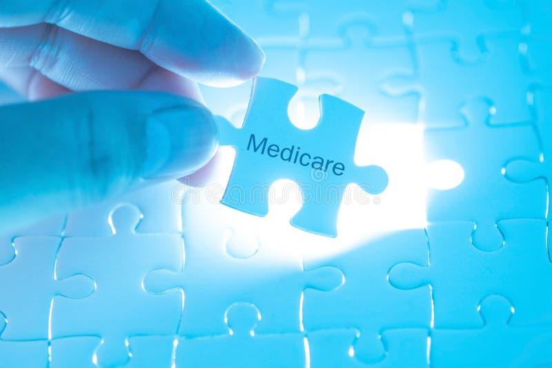 Stellen Sie schützende Schablone und die Pille gegenüber, die im Hintergrund verwischt wird Doktor, der ein Puzzlen mit medicar h lizenzfreies stockbild