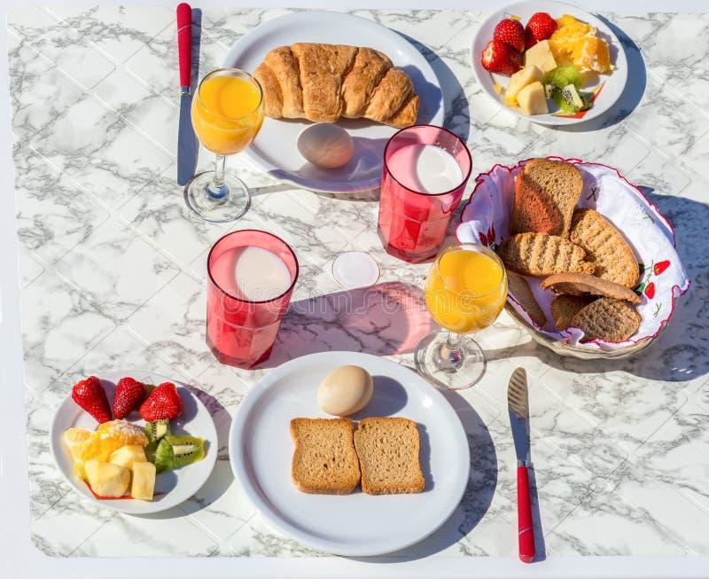 Stellen Sie Tabelle mit Lebensmittel und Getränk zum Frühstück ein stockbilder