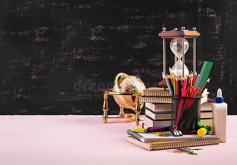 Stellen Sie vom bunten Schulbedarf, von den Büchern und von den Notizbüchern ein Briefpapierzubeh?r stockfotografie