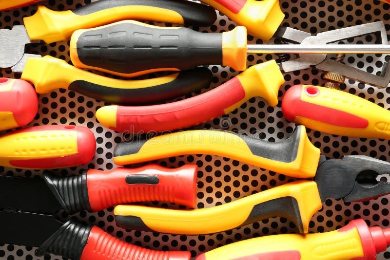 Stellen Sie vom Elektriker \ 'von s-Werkzeugen auf Metalloberfläche ein stockfotos