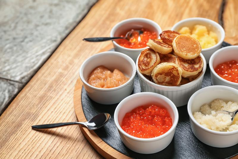 Stellen Sie vom geschmackvollen Kaviar mit Flapjacks auf Holztisch ein stockbild