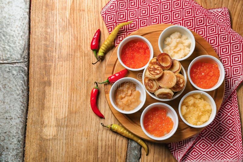 Stellen Sie vom geschmackvollen Kaviar mit Flapjacks auf Holztisch ein stockfoto