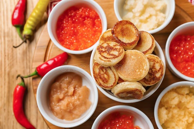 Stellen Sie vom geschmackvollen Kaviar mit Flapjacks auf Holztisch ein lizenzfreie stockbilder