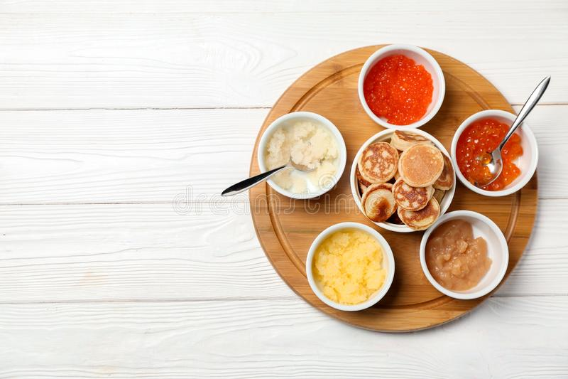 Stellen Sie vom geschmackvollen Kaviar mit Flapjacks auf weißem Holztisch ein stockbilder