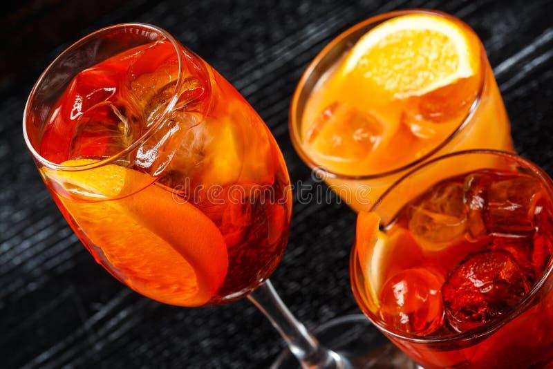 Stellen Sie vom Glas des orange Cocktails verziert mit Zitrone am Barzählerhintergrund ein lizenzfreies stockbild