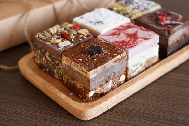stellen Sie vom Kuchen auf hölzernem Brett und Geschenkbox ein stockfotografie