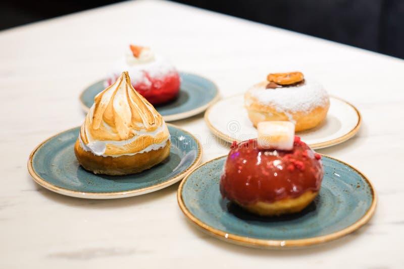 Stellen Sie vom Nachtisch bestehen verschiedene aus gebratenem Kuchen der Beläge Schaumgummiringe in Form eines Balls oder des Ri lizenzfreie stockfotografie