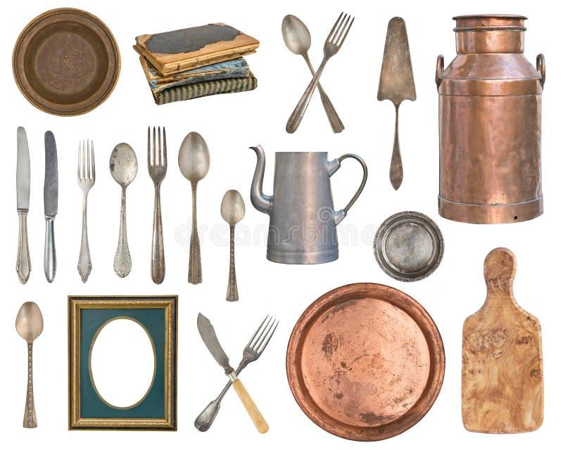Stellen Sie von den alten und hölzernen Einzelteilen ein Tafelsilber, Küchenzusätze Löffel, Gabeln, Bücher, Milchdose, Teekanne,  lizenzfreie abbildung