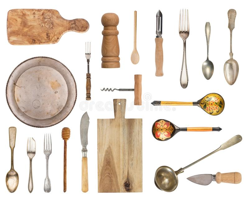 Stellen Sie von den alten und hölzernen Einzelteilen ein Tafelsilber, Küchenzusätze Löffel, Gabeln, Platte, Brett, Salzstreuer un stock abbildung