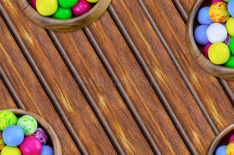 Stellen Sie von den Bonbons ringsum gelbes blaues Rosa im Bonbon der Schüsseln viel ein, das mit Zuckerglasur auf einem geneigten lizenzfreies stockbild