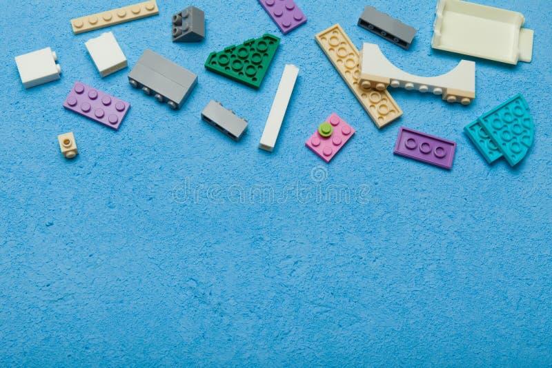 Stellen Sie von den bunten Ziegelsteinen ein und mit geometrischen Formen errichten Lernen- und Bildungskonzept Kopieren Sie Raum stockfotos