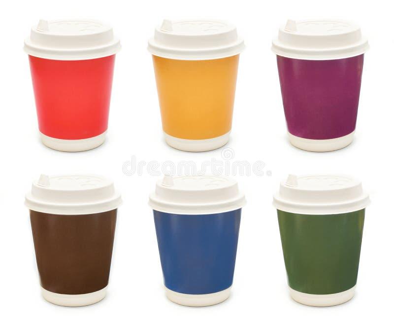 Stellen Sie von den farbigen Pappkaffeetassen ein, die auf weißem Hintergrund lokalisiert werden lizenzfreies stockbild
