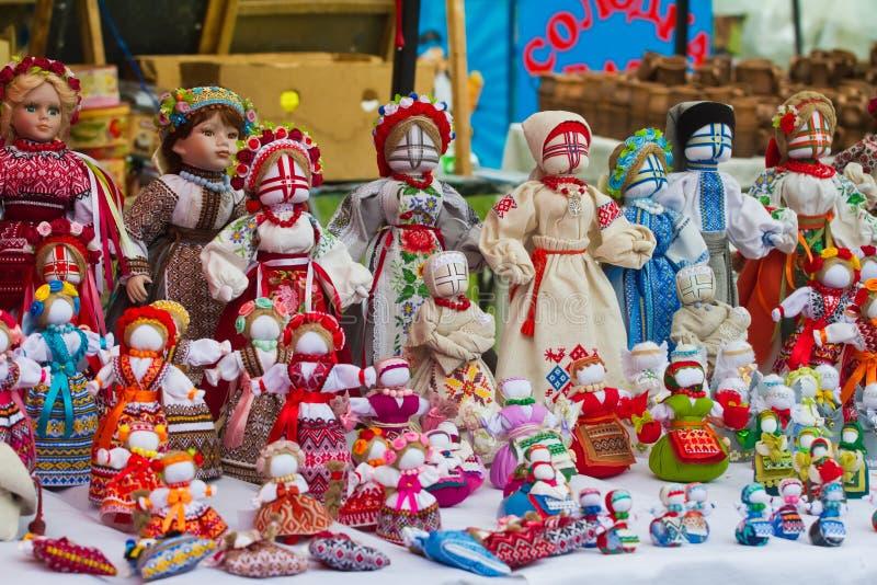 Stellen Sie von den handgemachtes Textilmenschlichen Flickenpuppen, ukrainisches ethnisches traditionelles Spielzeugsymbol motank stockbild
