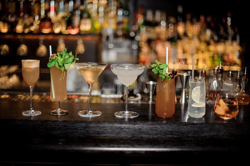 Stellen Sie von den klassischen Cocktails ein: Schmutziger Martini, Sherry Cobbler, Weinbrand lizenzfreies stockfoto