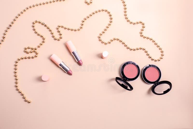 Stellen Sie von den Kosmetik mit Perlen auf Farbhintergrund ein lizenzfreie stockbilder