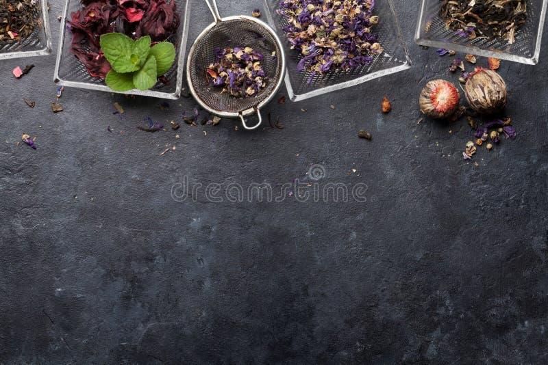 Stellen Sie von den Kr?uter- und der Frucht trockenen Tees ein lizenzfreie stockfotografie