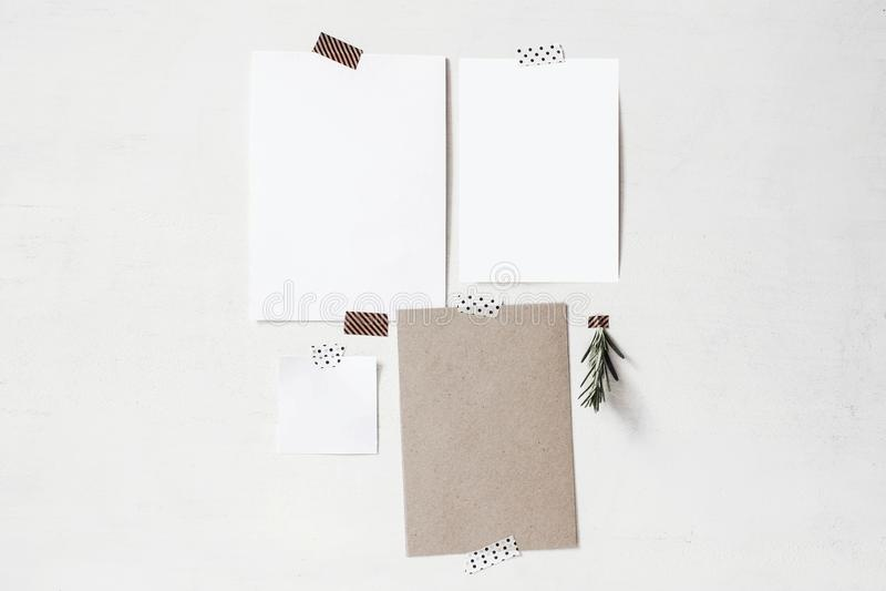 Stellen Sie von den leeren Grußkarten, Briefpapiermodelle ein Leere Blätter der Weiß- und Kraftpapier- und Rosmarinkrautniederlas lizenzfreies stockfoto