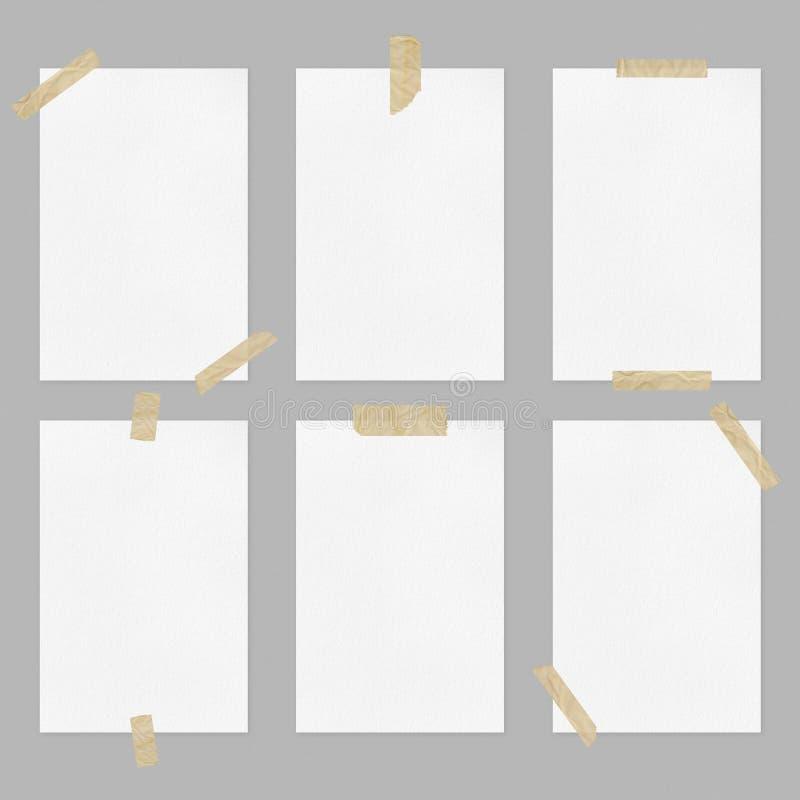 Stellen Sie von den leeren Weißbuchblättern mit Klebstreifen auf hellgrauem Hintergrund ein lizenzfreies stockbild