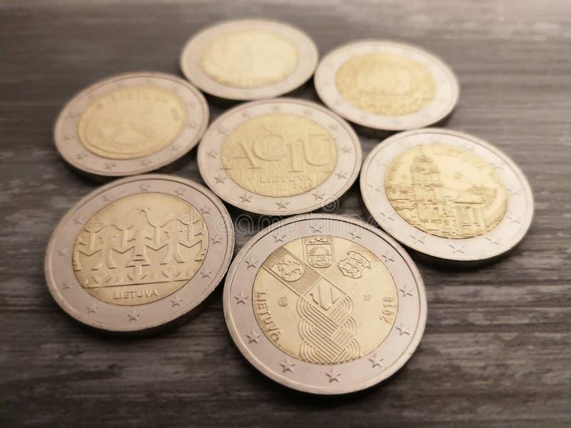Stellen Sie von den litauischen 2 Euromünzen auf dem hölzernen Hintergrund ein lizenzfreies stockbild