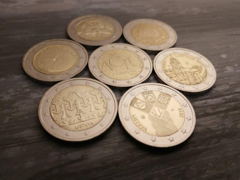 Stellen Sie von den litauischen 2 Euromünzen auf dem hölzernen Hintergrund ein lizenzfreie stockfotografie