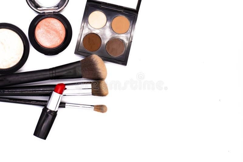 Stellen Sie von den professionellen dekorativen Kosmetik, von den Make-upwerkzeugen und vom Zusatz auf wei?em Hintergrund mit Kop lizenzfreie stockbilder