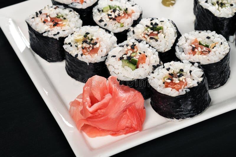 Stellen Sie von den Rollen mit roten Fischen und Ingwer ein Legen Sie Einstellung ver Schwarzer Hintergrund lizenzfreies stockfoto