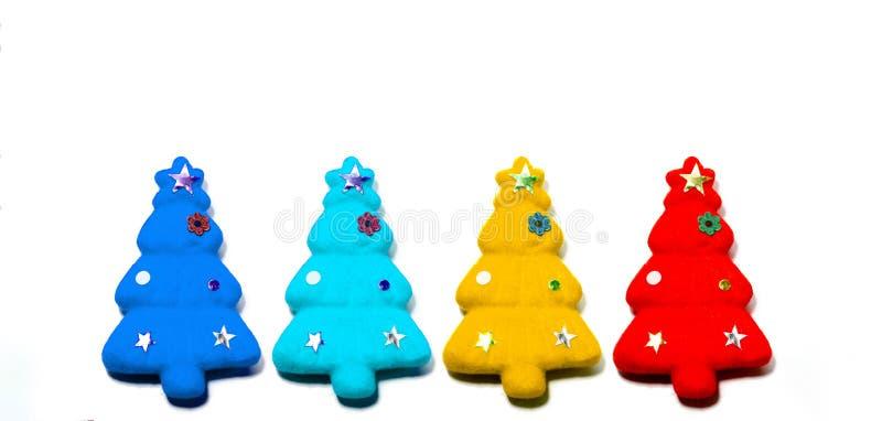 Stellen Sie von den roten, gelben, hellblauen und dunkelblauen Weihnachtsbäumen ein, die auf weißem Farbhintergrund lokalisiert w lizenzfreies stockbild