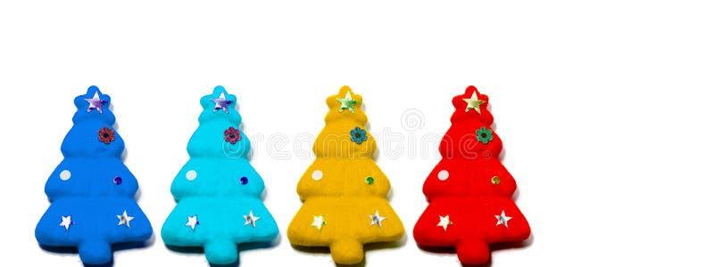 Stellen Sie von den roten, gelben, hellblauen und dunkelblauen Weihnachtsbäumen ein, die auf weißem Farbhintergrund lokalisiert w stockbild