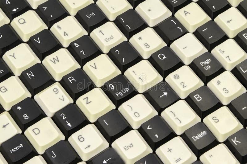 Stellen Sie von den Schlüsseln von den alten Computertastaturen ausbreitete auf dem Tisch ein stockfotos