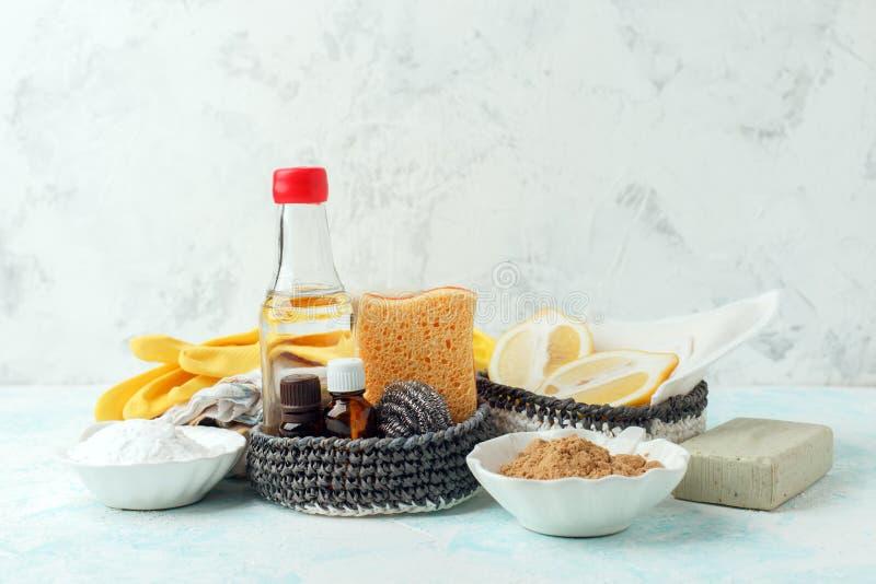 Stellen Sie von den umweltfreundlichen natürlichen Reinigungsprodukten auf hölzernem Küchentisch ein: Senf, Soda, ätherische Öle, stockfotografie